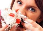 甘いものを食べる